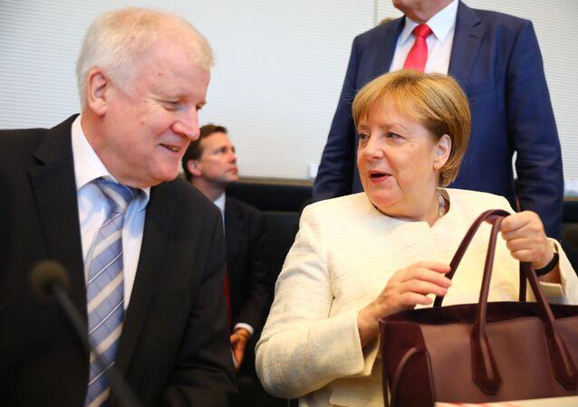 ميركل وزيهوفر في جلسة أخيرة حول أزمة  اللاجئين