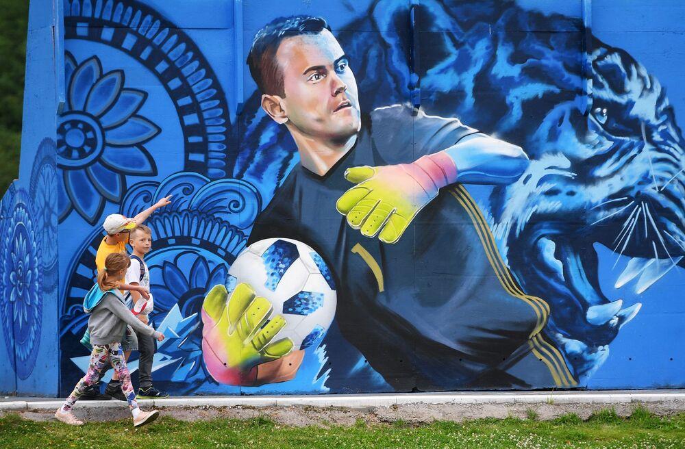 رسم جرافيتي على إحدى جدران مبنى لحارس مرمى المنتخب الروسي إيغور أكينفييف في شيولكوفو بضواحي موسكو