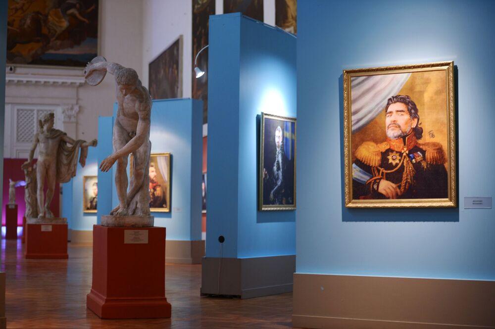 لوحة للاعب الأرجنتيني ديغو مارادونا خلال معرض بعنوان مثل الآلهة في متحف الأكاديمية لأعمال الفن في سان بطرسبورغ