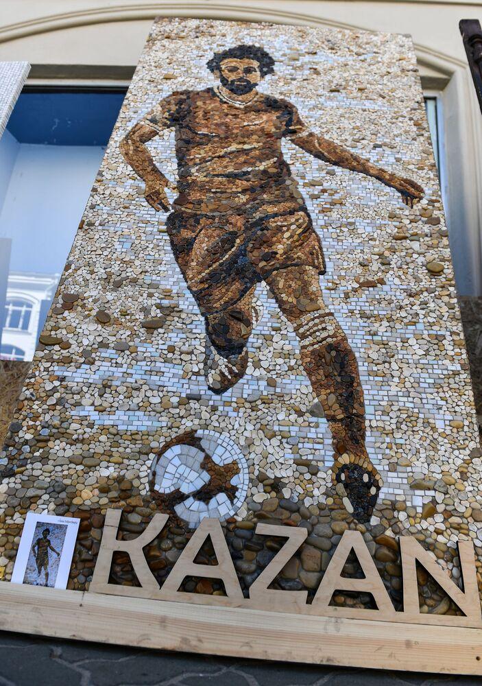 لوحة فسيفساء للاعب فريق نادي ليفربول والمنتخب المصري محمد صلاح في شارع باومان في قازان