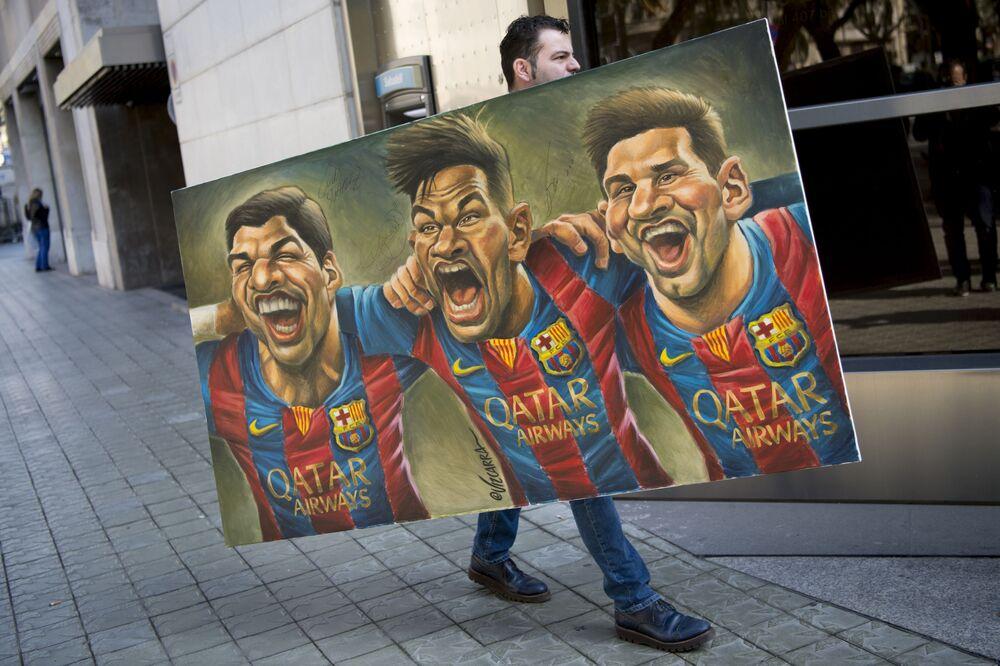 لوحة لرسم كاريكاتير للاعب كرة القدم الأرجنتيني ليونيل ميسي، والبرازيلي نيمار، وأوروغوي سواريز