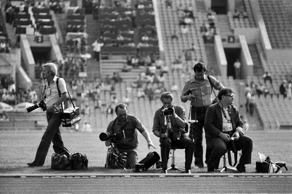 مصورون صحفيون يستعدون لإلتقاط صور المسابقات في الألعاب الأولمبية الصيفية الـ 22 في أحد ملاعب موسكو، 1980