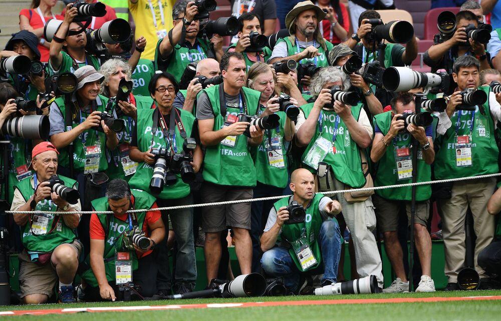 مصورون صحفيون في الملعب قبل مباراة مرحلة المجموعة من بطولة كأس العالم فيفا 2018 بين المنتخبين الوطنيين البرتغال والمغرب، 2018