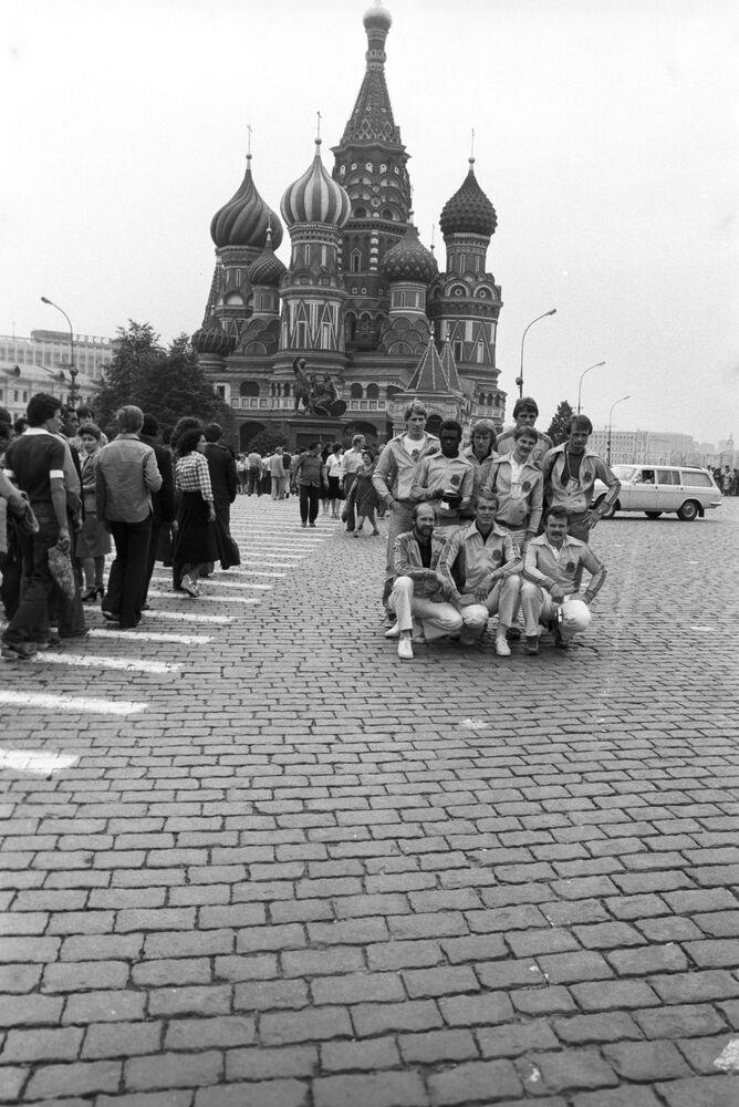 السياح والضيوف الأجانب يلتقطون صورة جماعية على الساحة الحمراء، موسكو 1980