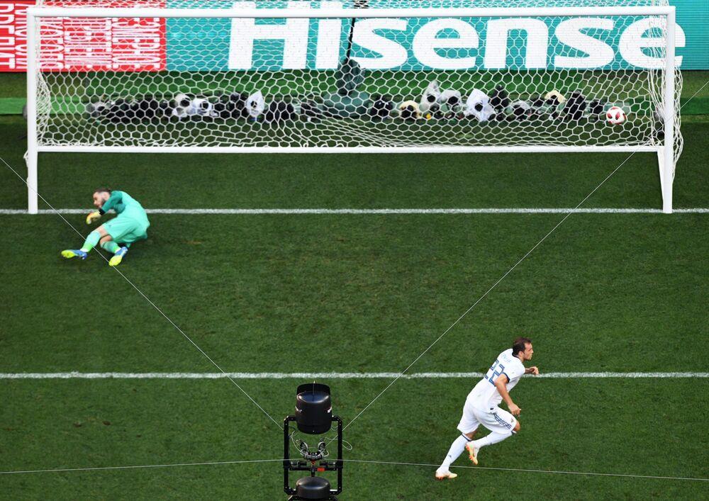 لاعب كرة القدم الروسي أرتيوم دزيوبا خلال تسجيله هدف ركلة حرة في مرحلة المجموعة 1/8 في مباراة روسيا وإسبانيا، 2018
