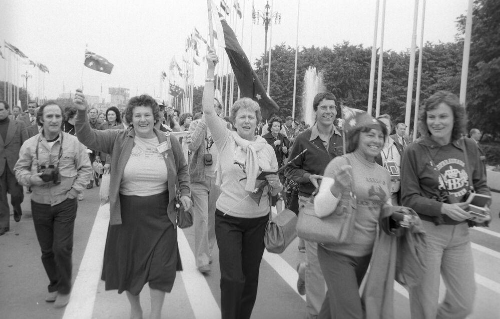 السياح الأجانب - ضيوف الدورة الـ 22 للألعاب الأولمبية الصيفية (19 يوليو - 3 أغسطس) - في الملعب المركزي الذي يحمل اسم  ف. إ. لينين المعروف الآن بلوجنيكي اليوم