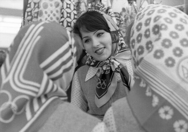 فتيات يرتدين شالات مع شعار الألعاب الأولمبية في موسكو، 1980