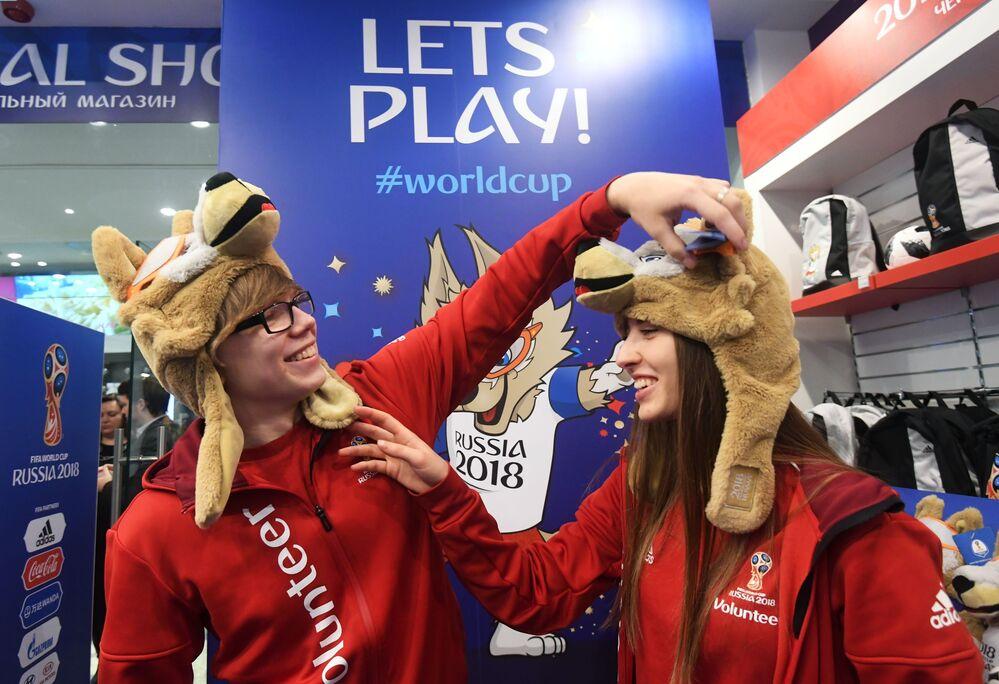 موظفون في افتتاح المتجر الرسمي لمنتجات كأس العالم 2018 لكرة القدم في متجر الأطفال المركزي في حي لوبيانكا في موسكو