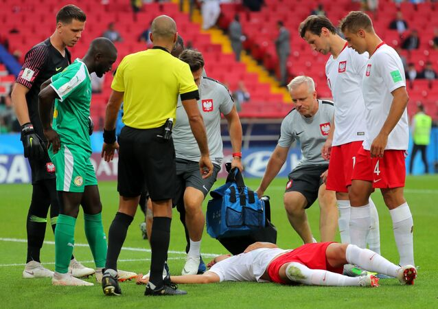 إصابة الرياضي البولندي يان بدناريك في مباراة كرة قدم في مرحلة المجموعة بين بولندا والسنغال، 2018