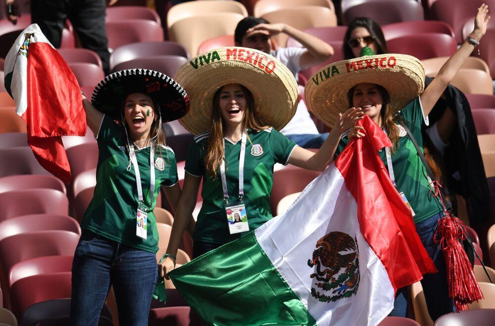 مشجعات المنتخب المكسيكي قبل انطلاق مباراة مرحلة المجموعة من بطولة كأس العالم روسيا - 2018 بين ألمانيا والمكسيك، 2018