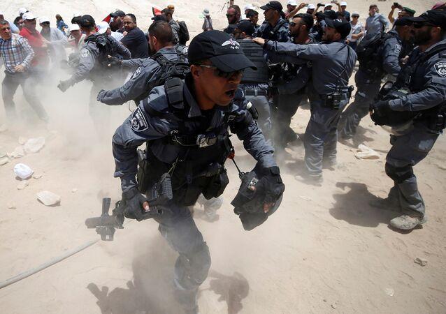 رد فعل الشرطة الإسرائيلية أثناء شجار مع فلسطينيين في قرية الخان الأحمر بالقرب من أريحا، فلسطين 4 يوليو/ تموز 2018