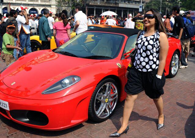 امرأة هندية بجانب سيارة فراري