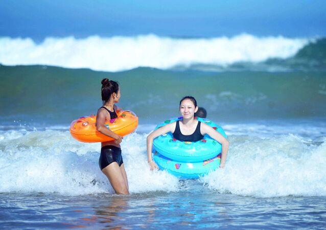 أشخاص على شاطئ بحر مقاطعة شاندونغ شرق الصين، 3 يوليو/ تموز 2018