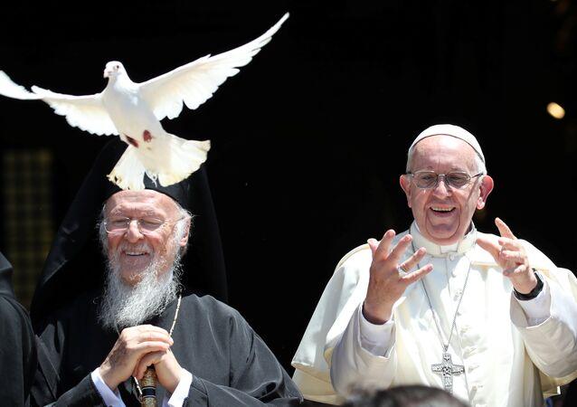 البابا فرنسيس يحرر حمامة خلال لقاء مع بطاركة كنائس الشرق الأوسط في كنيسة القديس نيكولاس في باري في جنوب إيطاليا، 7 يوليو/تموز 2018
