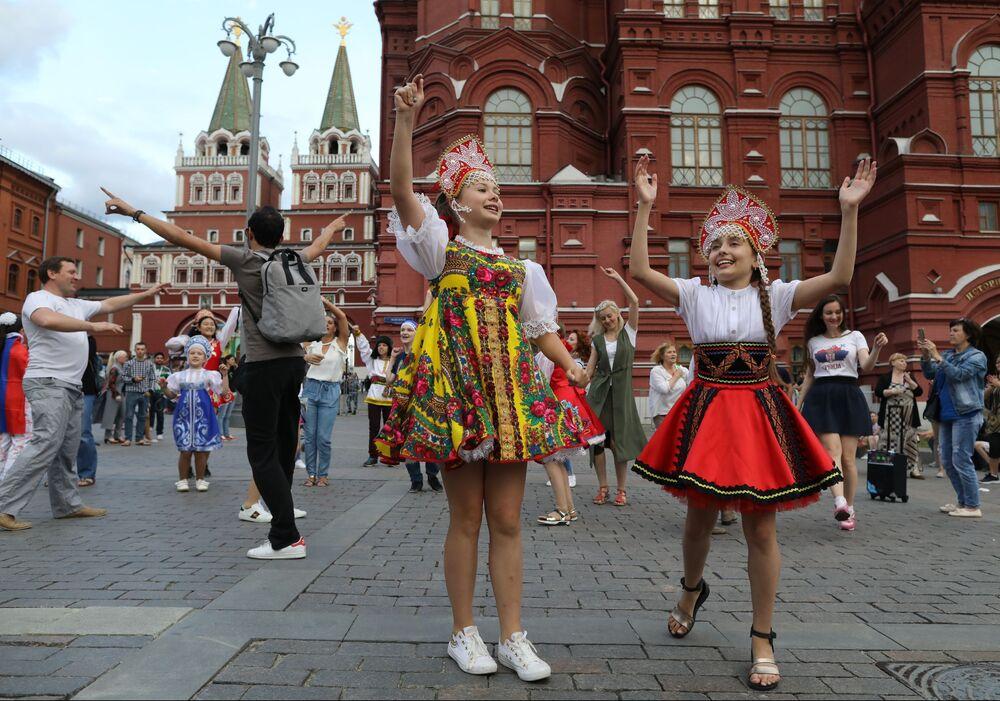 مشجعات يرتدين كوكوشنيك، وهي زينة رأس تقليدية روسية في موسكو