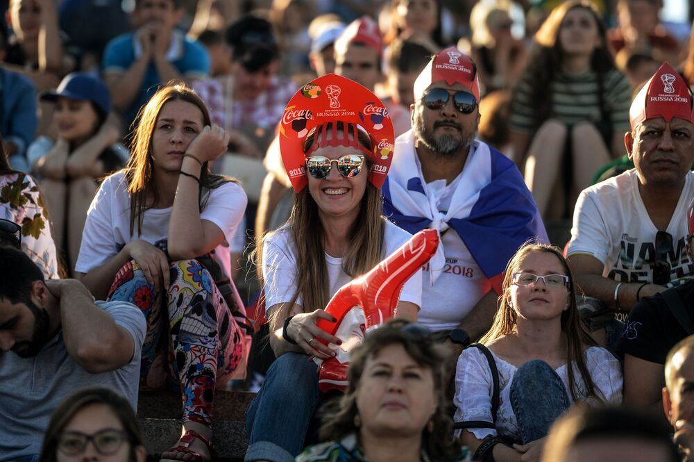 مشجعات يرتدين كوكوشنيك، وهي زينة رأس تقليدية روسية في مرحلة المجموعة 1/8 في مباراة بين آيسلندا وأستراليا في فولغوغراد