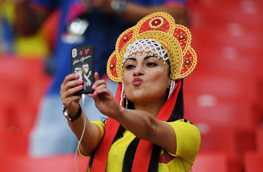 مشجعة المنتخب الكولومبي ترتدي كوكوشنيك، وهي زينة رأس تقليدية روسية في مرحلة المجموعة 1/8 في مباراة بين كولومبيا وإنجلترا