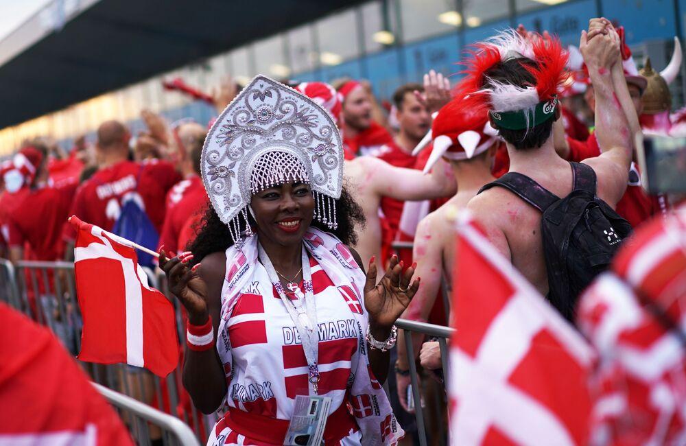 مشجعة المنتخب الدنماركي ترتدي كوكوشنيك، وهي زينة رأس تقليدية روسية في مرحلة المجموعة 1/8 في مباراة بين الدنمارك وكرواتيا