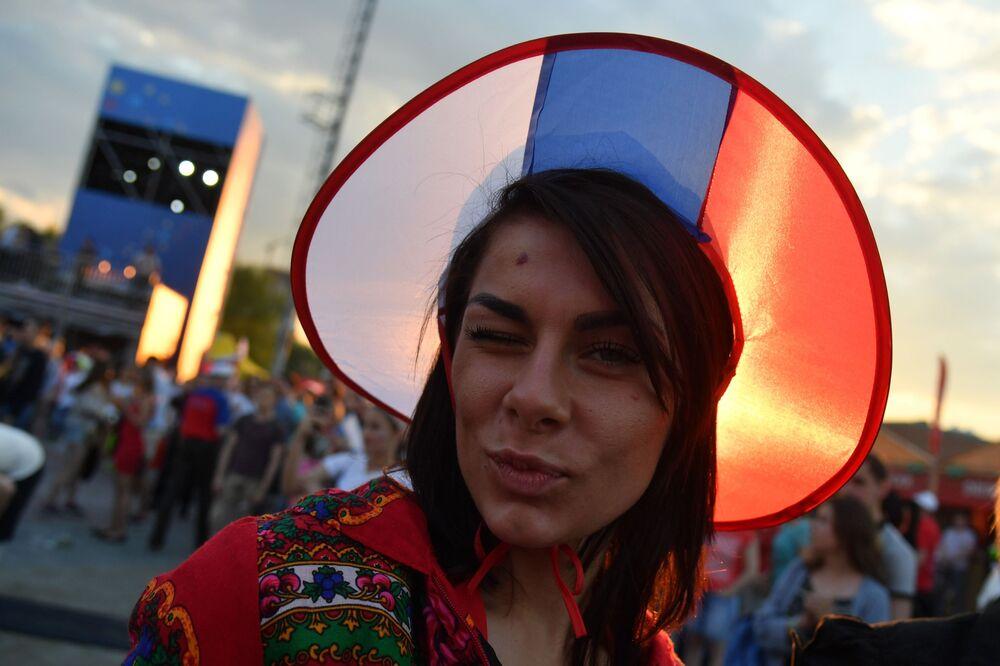 مشجعة ترتدي كوكوشنيك، وهي زينة رأس تقليدية روسية في مرحلة المجموعة 1/8 في مباراة بين روسيا وأوروغواي