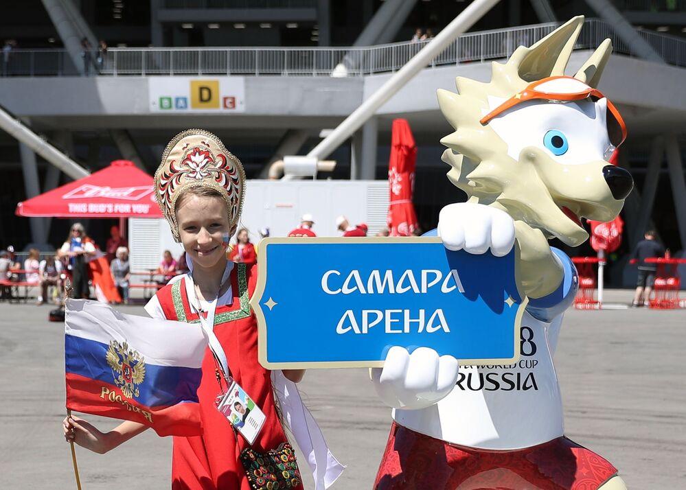 مشجعة ترتدي كوكوشنيك، وهي زينة رأس تقليدية روسية في مرحلة المجموعة 1/8 في مباراة بين أستراليا والدنمارك