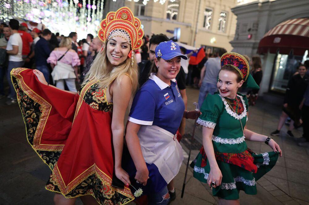 مشجعات المنتخب الروسي يرتدين كوكوشنيك، وهي زينة رأس تقليدية روسية، خلال مباراة مرحلة المجموعة بين روسيا ومصر