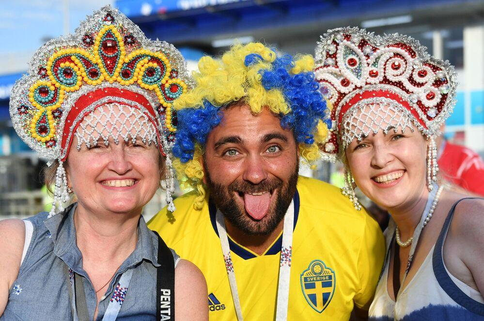 مشجعات يرتدين كوكوشنيك، وهي زينة رأس تقليدية روسية في مرحلة المجموعة 1/8 في مباراة بين ألمانيا والسويد