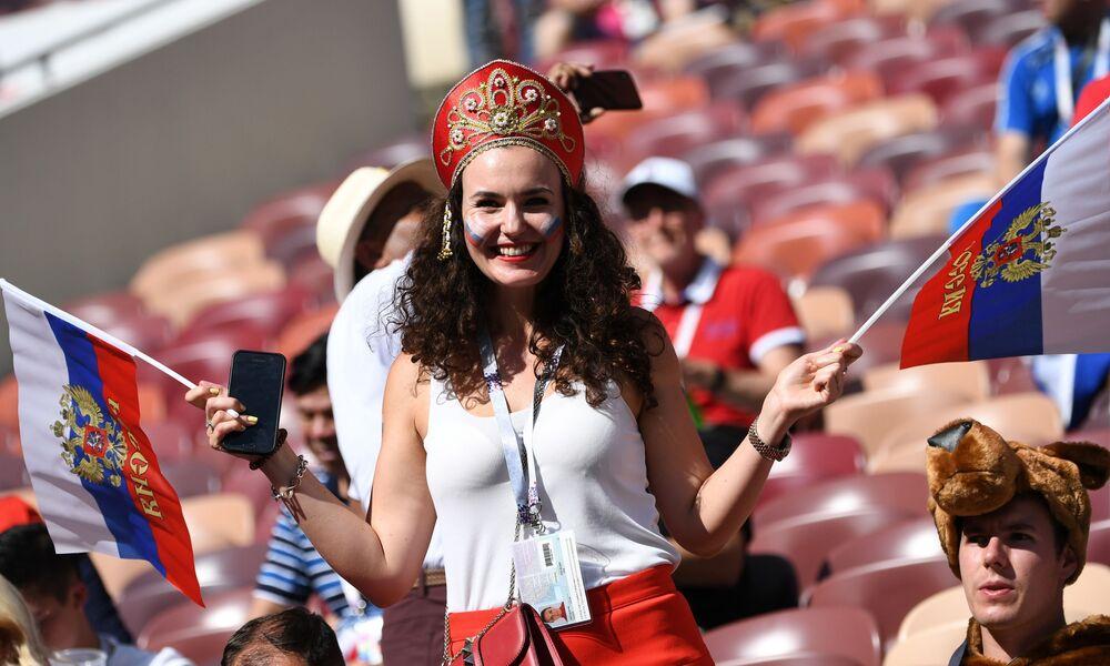 مشجعة المنتخب الروسي ترتدي كوكوشنيك، وهي زينة رأس تقليدية روسية، خلال مباراة مرحلة المجموعة بين روسيا وإسبانيا