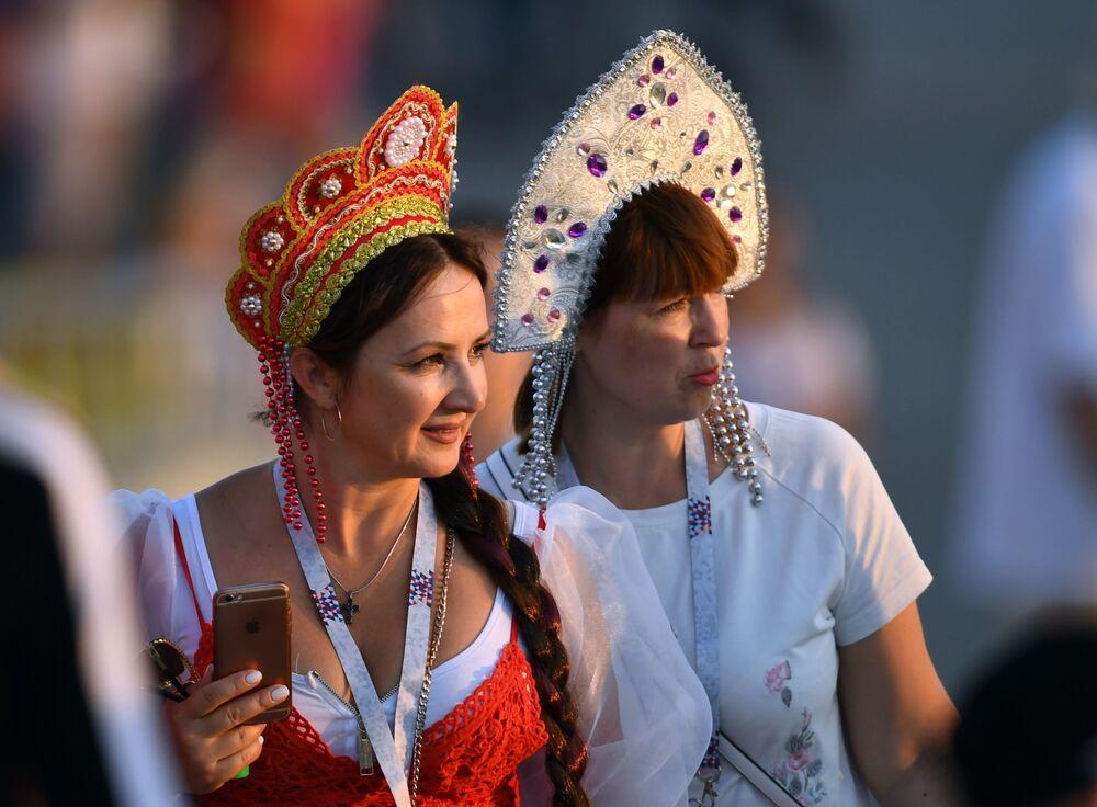 مشجعات يرتدين كوكوشنيك، وهي زينة رأس تقليدية روسية في مرحلة المجموعة 1/8 في مباراة بين بلجيكا واليابان