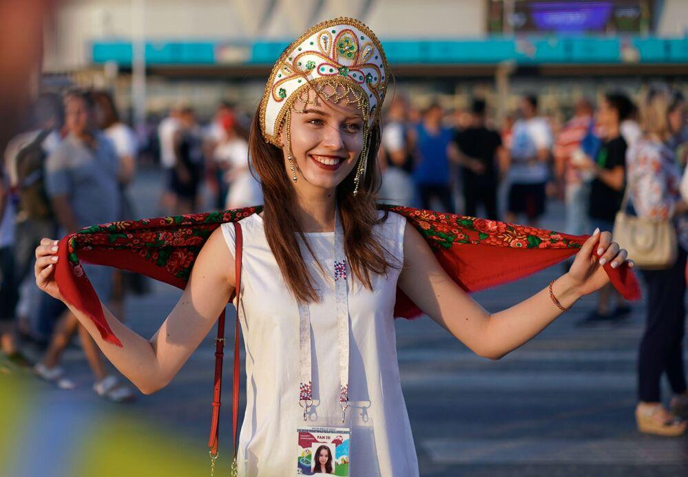 مشجعة المنتخب الروسي ترتدي كوكوشنيك، وهي زينة رأس تقليدية روسية، خلال مباراة مرحلة المجموعة بين آيسلندا وكرواتيا