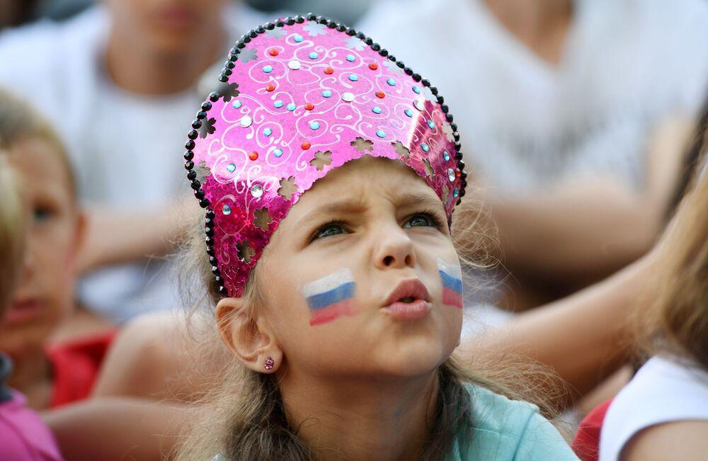 مشجعة المنتخب الروسي ترتدي كوكوشنيك، وهي زينة رأس تقليدية روسية، خلال مباراة مرحلة المجموعة بين روسيا وإسبانيا، في سيفاستوبل