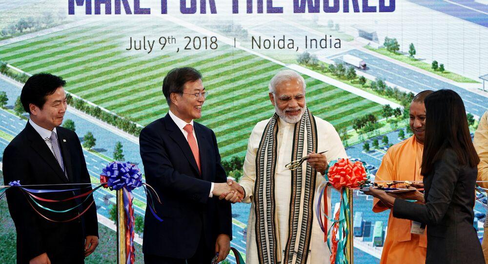 رئيس كوريا الجنوبية مون جاي ورئيس وزراء الهند ناريندرا مودي يفتتحان أكبر مصنع لشركة سامسونغ في الهند، 9 يوليو/تموز 2018