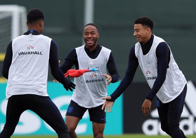 لاعبو المنتخب الإنجليزي يتدربون بدجاجة مطاطية قبل لقاء كرواتيا