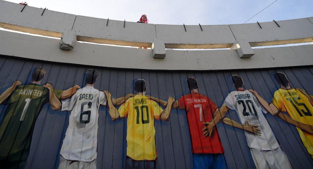 رسم جرافيتي يظهر أسماء لاعبي كرة القدم على ظهور قمصان منتخباتهم الوطنية، الذين شاكروا في بطولة كأس العالم 2018 في روسيا، مدينة قازان