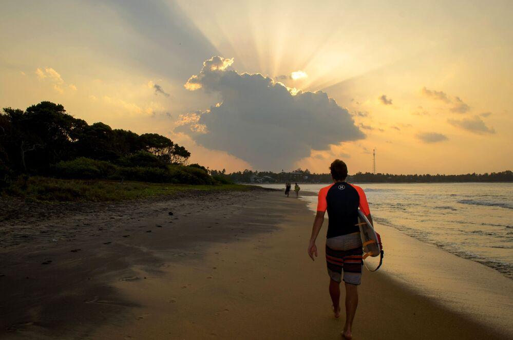 غروب الشمس في خليج أروغام في سريلانكا