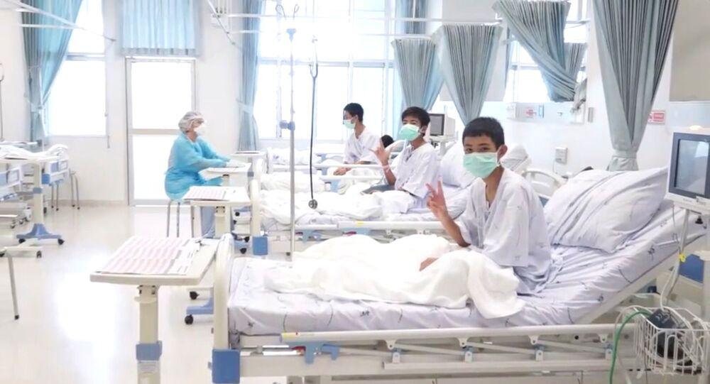 الصبية التايلانديين يسترخون في مستشفى في شيانغ راي بعد إنقاذهم من كهف، 11 يوليو/تموز 2018
