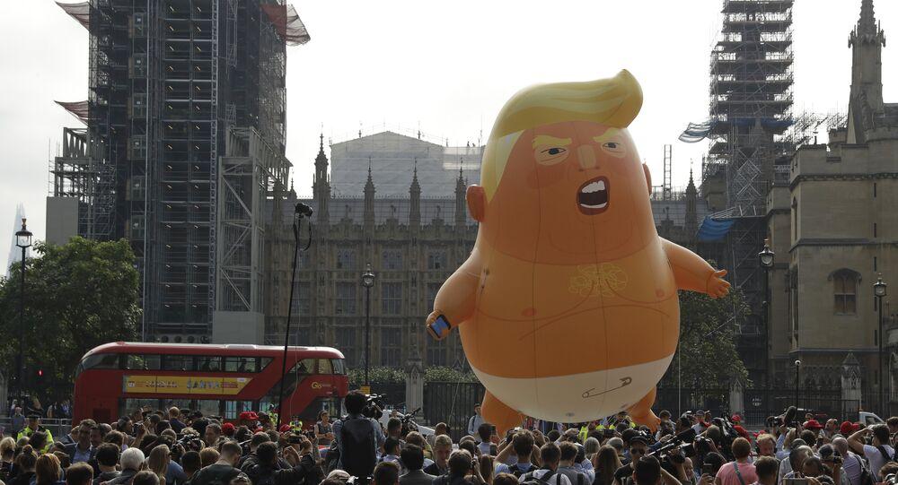 معارضون للرئيس الأمريكي دونالد ترامب في بريطانيا يطلقون منطاد بيبي ترامب تزامنا مع زيارته للملكة المتحدة، 13 يوليو/تموز 2018