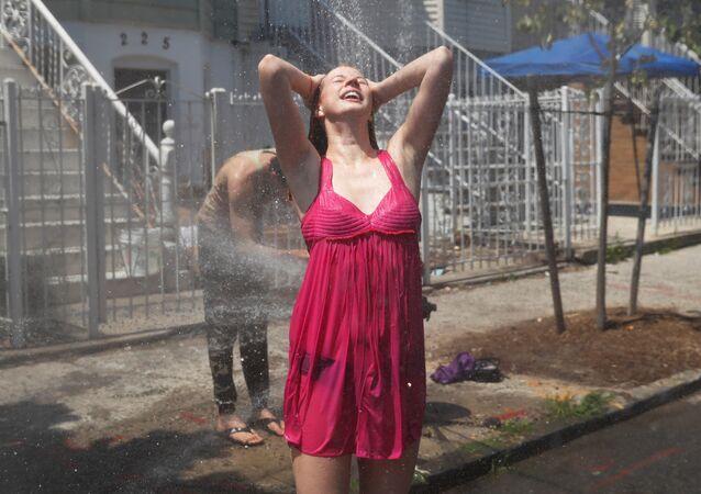 إمرأة تنتعش بالماء وسط حرارة الصيف