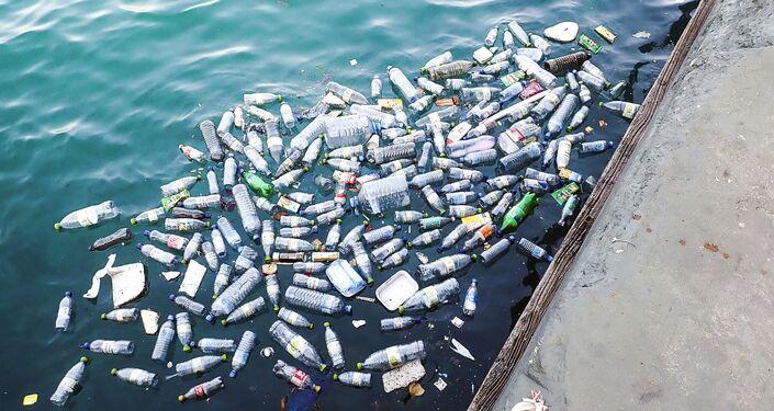 الزجاجات البلاستيكية في الماء
