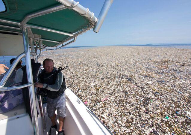 Пластиковый мусор в море у Карибских островов
