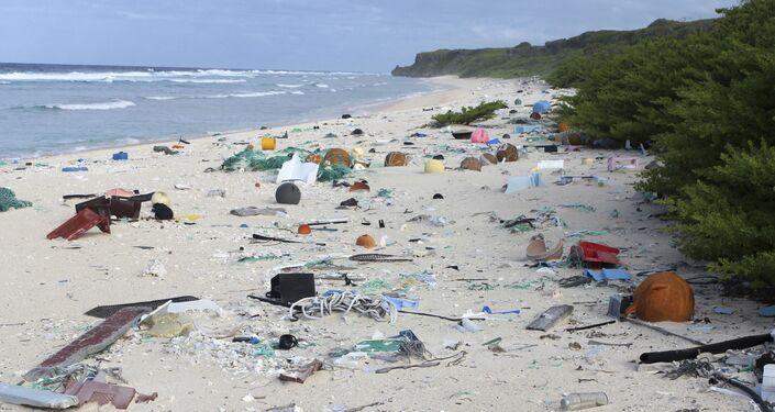القمامة على ساحل جزيرة هندرسون في المحيط الهادئ
