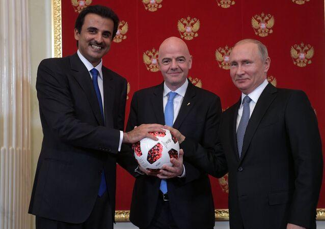 الرئيس الروسي فلاديمير بوتين مع أمير قطر ورئيس الاتحاد الدولي لكرة القدم الفيفا