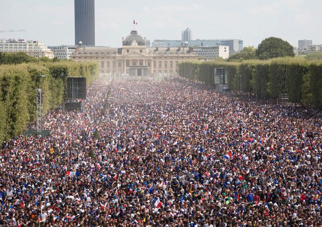 تجمع لجماهير فرنسا لمشاهدة المباراة النهائية في أحد الساحات أمام برج إيفل