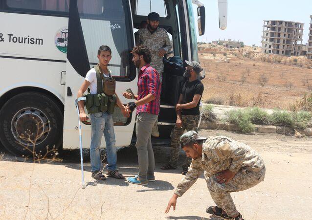 صعود المسلحين في درعا إلى الحافلات متوجهين إلى الشمال السوري