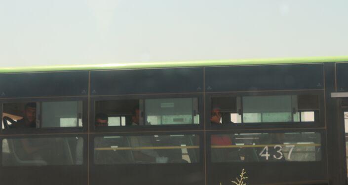 المسلحون من درعا داخل الحافلات قبل توجههم إلى الشمال السوري