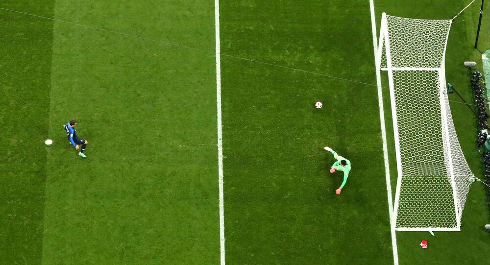 غريزمان ينفذ ضربة جزاء في نهائي كأس العالم
