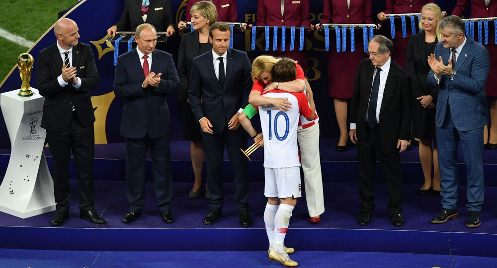 رئيسة كرواتيا كوليندا غرابار-كيتاروفيتش تحتضن لوكا مودريتش عند توزيع حوائز المرتبة الثانية في نهائي كأس العالم