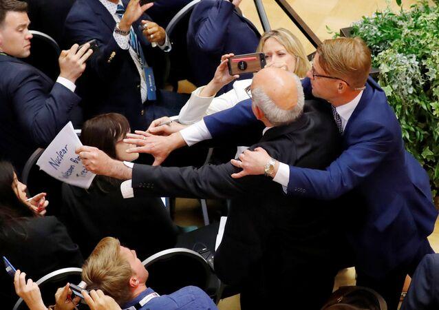 طرد صحفي من مؤتمر ترامب وبوتين
