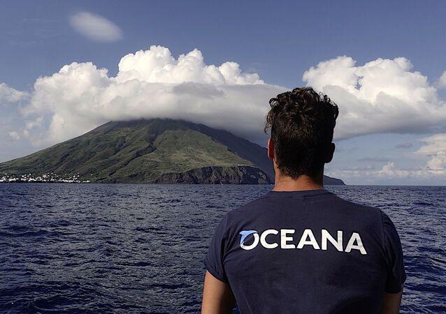 بحار يراقب البركان. جزيرة سترومبولي، الجزر الأيولية، صقلية، إيطاليا. بعثة الجزر الأيولية، 2018