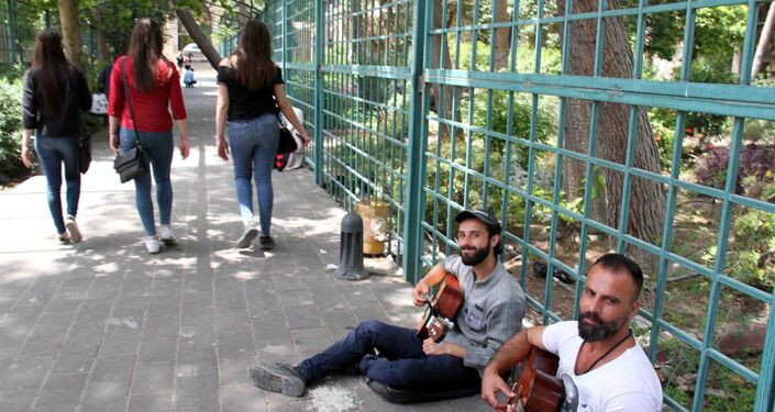موسيقى الشارع تجد طريقها لدمشق...شباب يبلسمون أوجاع الحرب بأوتار آلاتهم