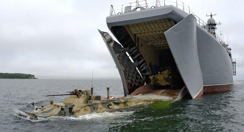 عملية إنزال لـ بي تي إر-82أ من المركبة البرمائية الكبيرةبيريسفيت، وذلك استعدادا ليوم البحرية العسكرية في فلاديفوستوك